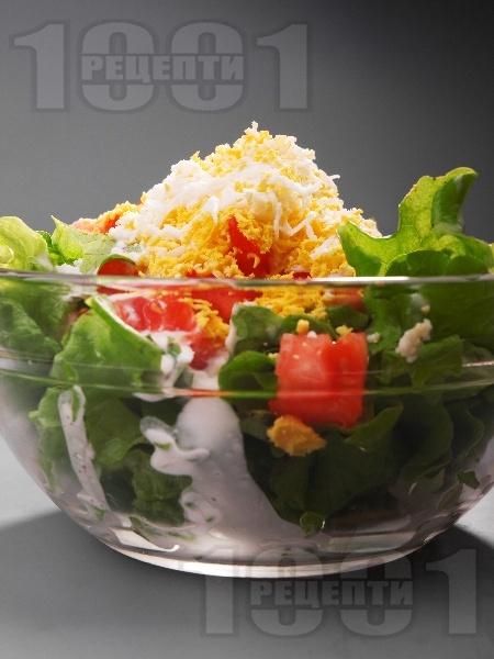 Испанска зелена салата с маруля, домати, царевица, яйца и сос от майонеза, кисело мляко и лимон - снимка на рецептата